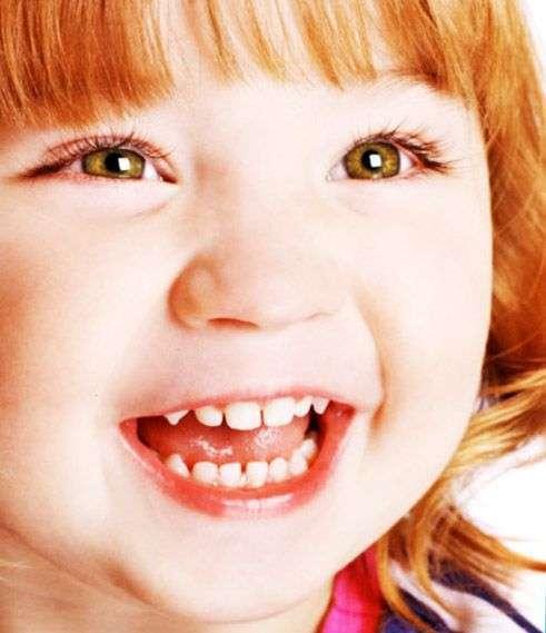 Что делать, когда у ребенка лезут первые клыки