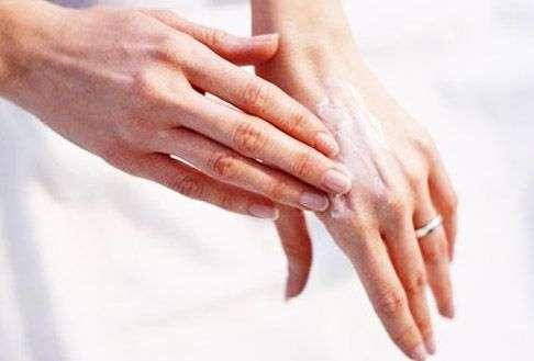 Шелушение рук – причины появления и способы устранения